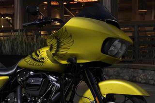 画像: 大胆な〈鷲〉グラフィック! ハーレーダビッドソン「ロードグライド スペシャル」に2020年限定色が登場