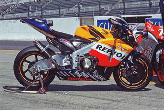 画像: 【MotoGP創成期1】WGPからMotoGPへ「4サイクル990cc時代の初代GPマシンたち」<HONDA RC211V 編>-2002年-