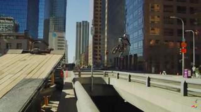 画像: [LA] 交通渋滞!? 俺たちにはバイクがあるじゃん!! というゴイスー!! な動画です!?!? [RedBull]