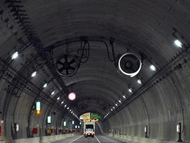 画像: 【くるま問答】高速道路のトンネル天井にあるファン、ジェットファンは何のためにあるの?