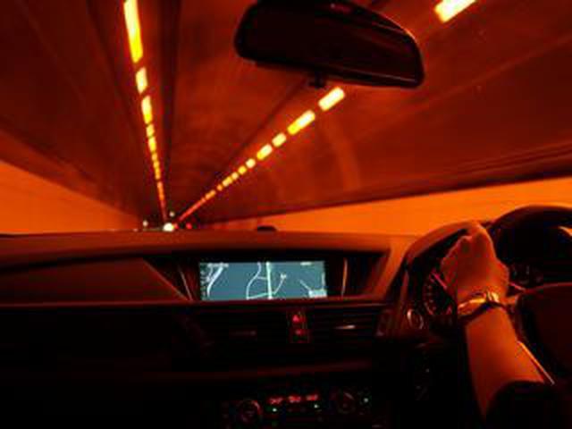 画像: 【くるま問答】高速道路で最近見かけない、オレンジ色のトンネル内照明。白色照明が採用される理由