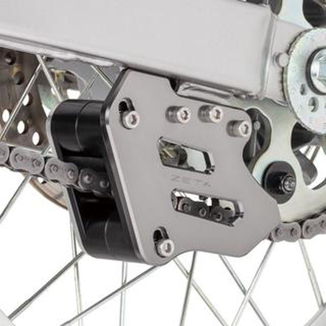画像: セロー250の頑強チェーンガイドであり、さらにテンショナー機能付き