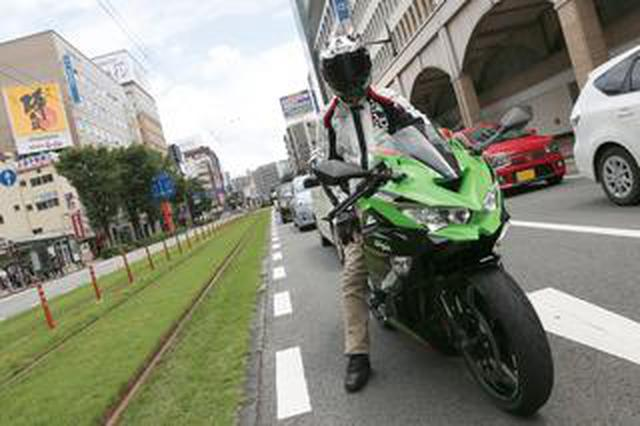 画像: 街乗りはさすがに厳しい!? 250ccスーパースポーツ カワサキ「ニンジャZX-25R」で市街地を走ってみた!