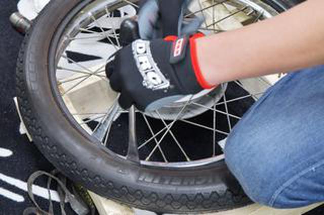 画像: スーパーカブのタイヤ交換をやってみる。結束バンドでのタイヤ装着も試してみるぞ。〈若林浩志のスーパー・カブカブ・ダイアリーズ Vol.55〉