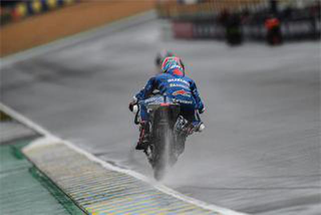 画像: 雨のばかーっ! 鬼神の如き速さを見せながらも『チーム・スズキ・エクスター』は不運すぎるクラッシュで涙......【100%スズキ贔屓のバイクレース17/MotoGP 2021】