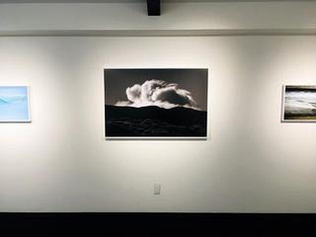 画像: GOTO AKI写真展『event horizon -事象の地平線-』。一流の商社勤めを辞めてフリーランスとなった変わり種写真家のGOTO AKIさん。