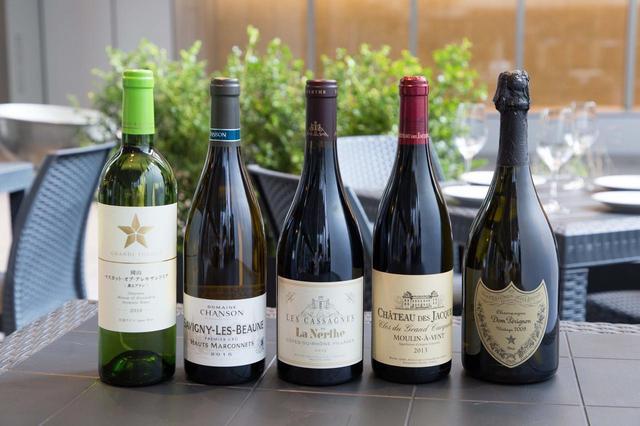 画像: 『ムーラン・ア・ヴァン クロ・デュ・グラン・カルクラン 2013年』(シャトー・デ・ジャック/ハーフ700円、グラス1300円、ボトル1万500円)〈右から2番目〉のような高額なワインもハーフやグラスで飲める