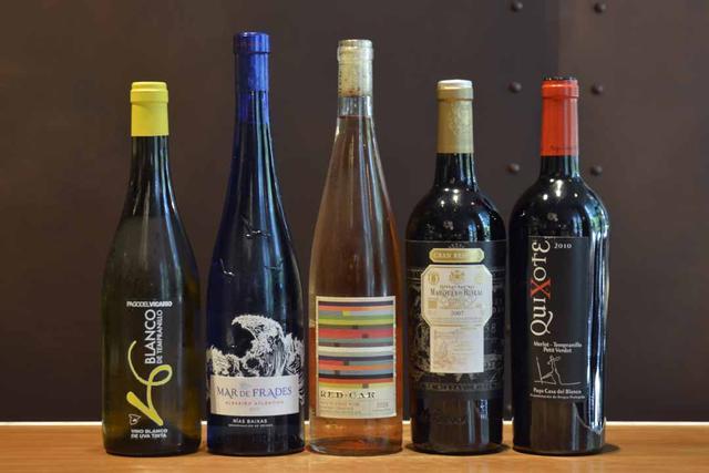 画像: ワイン:メインの料理は肉が中心なので、赤の割合が多い。赤い果実の味わいとふくよかな口当たりの『キホーテ・MTP 2010年』(パゴ・カサ・デル・ブランコ/ボトル6100円)〈右〉など、5000〜7000円のボトルが充実している
