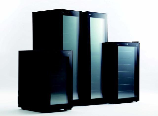 画像: 左から、小型1温度タイプセラー『FJH-67GS(BK)』(w400×d526×h685mm、18本収納)、スリム型1温度タイプセラー『FJH-107GS(BK)』(w400×d526×h1205mm、37本収容)、セパレートツイン冷却器を搭載した2温度タイプセラー『FJH-108GD(BK)』(w400×d526×h1205mm、34本収納)、新サイズの1温度タイプセラー『FJH-127GS(BK)』(w495×d592×h848mm、50本収納)。各オープン価格