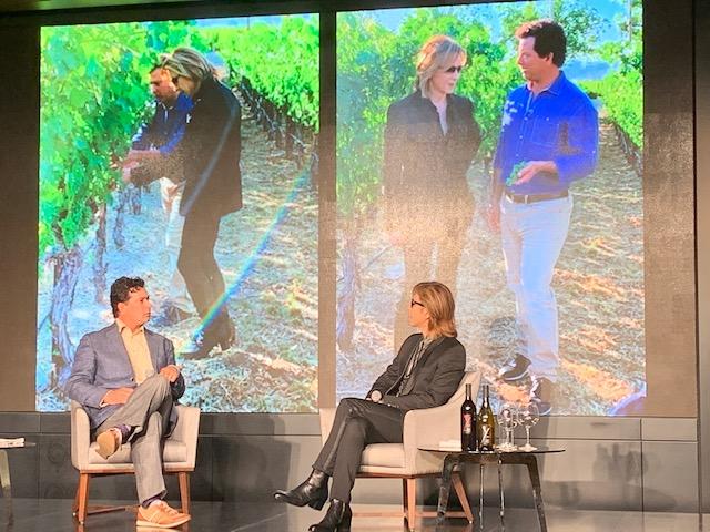 画像: ロバート・モンダヴ ィ Jr. 氏とともにブドウ畑を周る