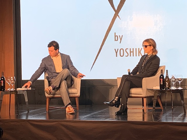 画像: 記者会見には、YOSHIKI氏とロバート・モンダヴ ィ Jr. 氏が登壇。昨年の発売時「リリース後に自分の分を確保しようとしたら、すでに売り切れちゃっていて(笑)。今年は生産本数を倍の10万本にしました」とYOSHIKI氏。今年は、無事に自分の分を確保できたのだろうか