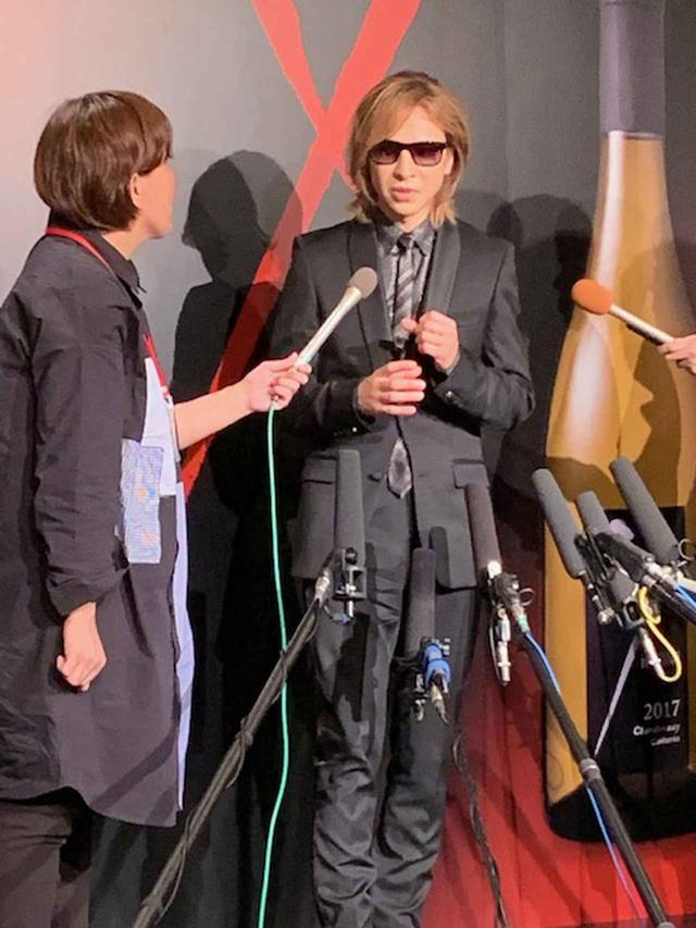 画像: 囲み取材では、いろいろな質問が飛び交った。X JAPANのニューアルバムについて聞かれると「絶対言われると思った(笑)。今、樽から抜けて瓶の中に入っているくらいです」とワインに例えて答えた