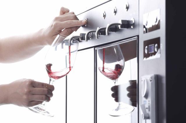 画像: コインを入れるとボタンが光り、好きなボタンを  押すとワインが注がれる