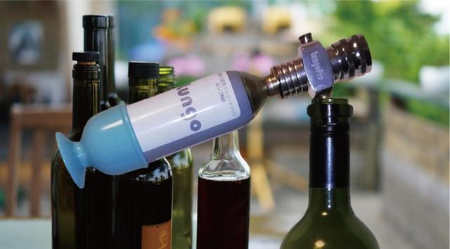 画像: ワインボトルに0.5~1秒間噴射すれば、キャップなしで約30~40分近く液面近くでも酸素のきわめて少ない状態を維持できる