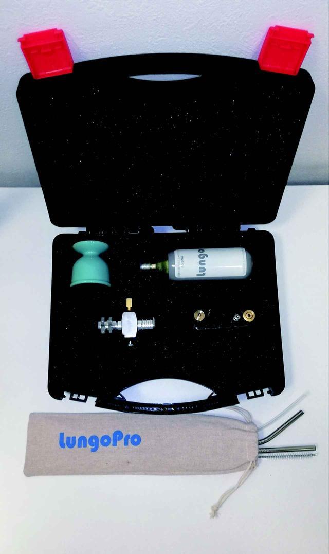 画像: 『ルンゴプロキット』 内容: ・高圧ガスカートリッジ1本 (N2キットには窒素ガス、CO2キットには炭酸ガス) ・ガスカートリッジ専用スタンド ・各種アダプター(ボトル用アダプター、チューブ用アダプターなど) ・食品衛生法に適合したチューブ2種 ・ステンレス製ストロー2種、ストロー洗浄ブラシ