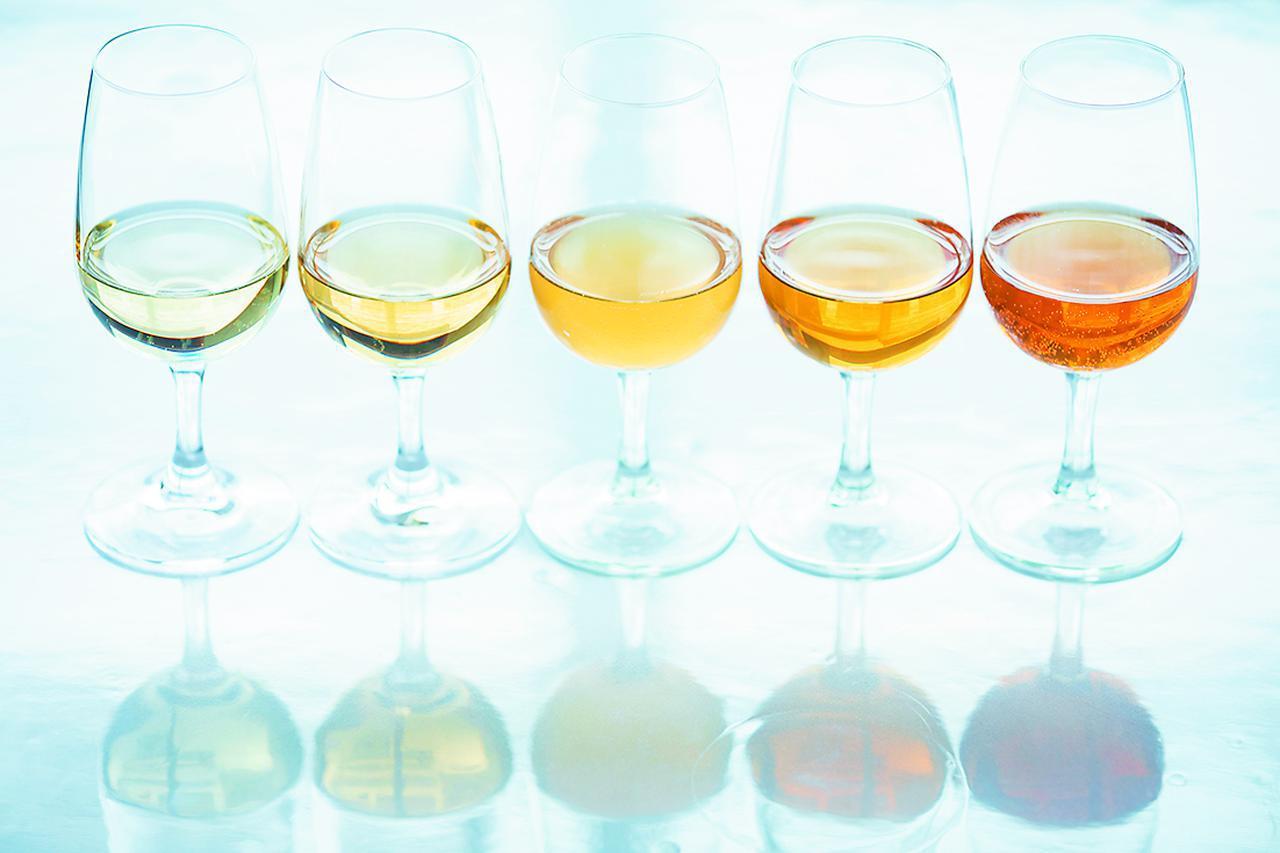 画像: 白ブドウの皮ごとグヴェヴリで醸し、6カ月程度の長期の果皮浸漬を経て深い色素や複雑な香味を抽出したオレンジワイン(現地ではアンバーワインと呼ばれる)