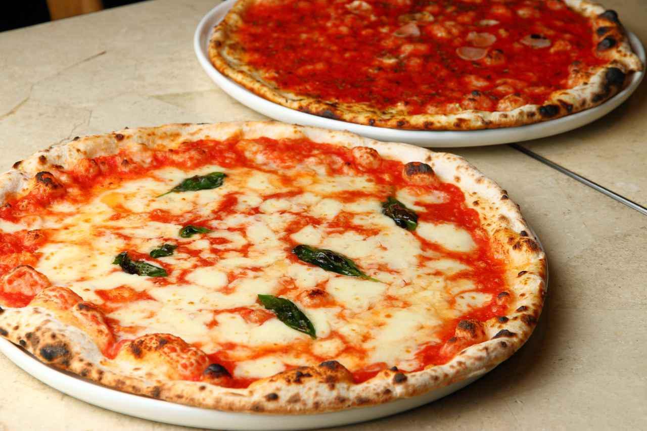 画像: ナポリ伝統のピッツァ マルゲリータとマリナーラ(右)