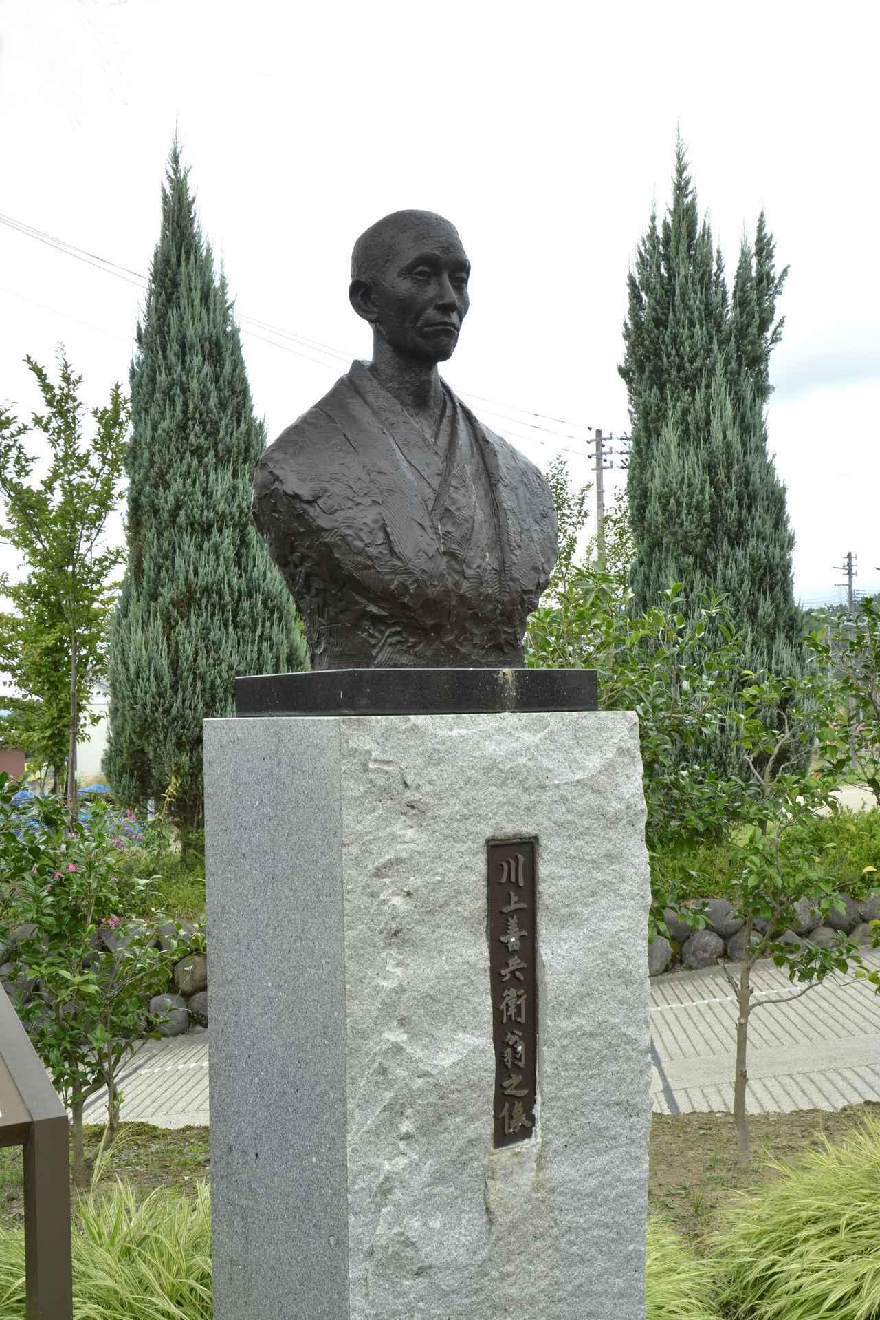 画像: 「岩の原葡萄園」の入り口にある川上善兵衛氏の銅像