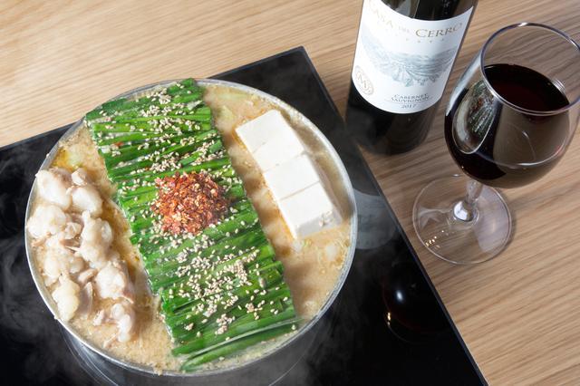 画像: 収穫を遅くすることでブドウの香りを高めた『カサ・デル・セロ・レゼルヴァ・カベルネ・ソーヴィニヨン 2017年』(ヴィニャ・マーティ/グラス650円、ボトル3500円)は果実味があり、「もつ鍋 みそ味」( 1590円)の味噌の旨味と同調