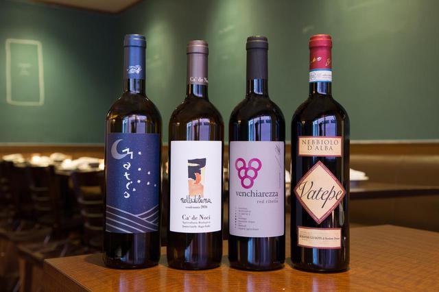 画像: イタリア北東部の土着品種を使った『レッド・リベッラ』(ヴェンキアレッツァ/グラス1000円、ボトル6000円)〈右から2番目〉をはじめ、ブドウの味わいがストレートに感じられるタイプをそろえている