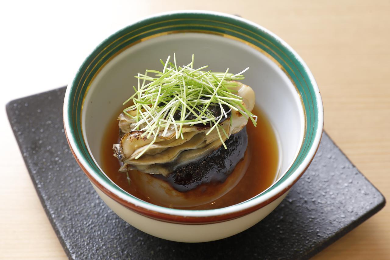 画像: ほくほくとした大根が冬を感じさせる煮物。柚子と芽葱が香りを豊かに表現している。