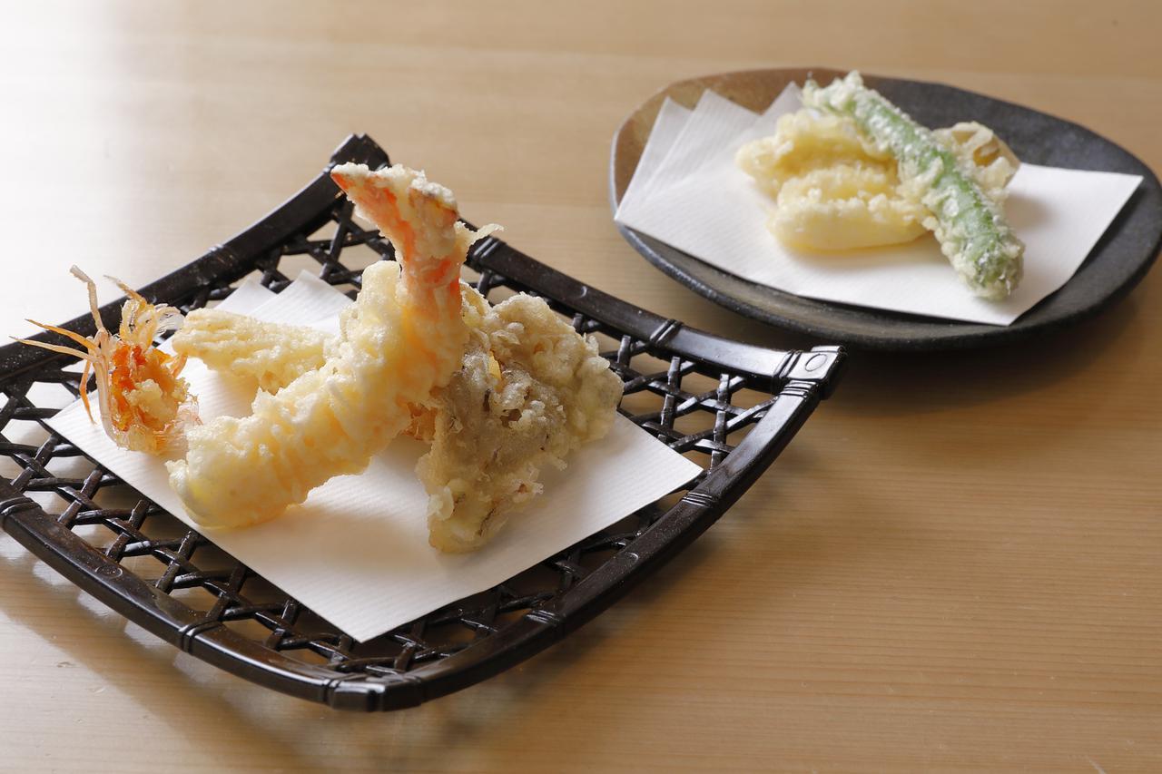画像: 衣薄めのクリスピーな天ぷらは、才巻海老、あおり烏賊、鱚、甘長唐辛子、舞茸の盛り合わせ