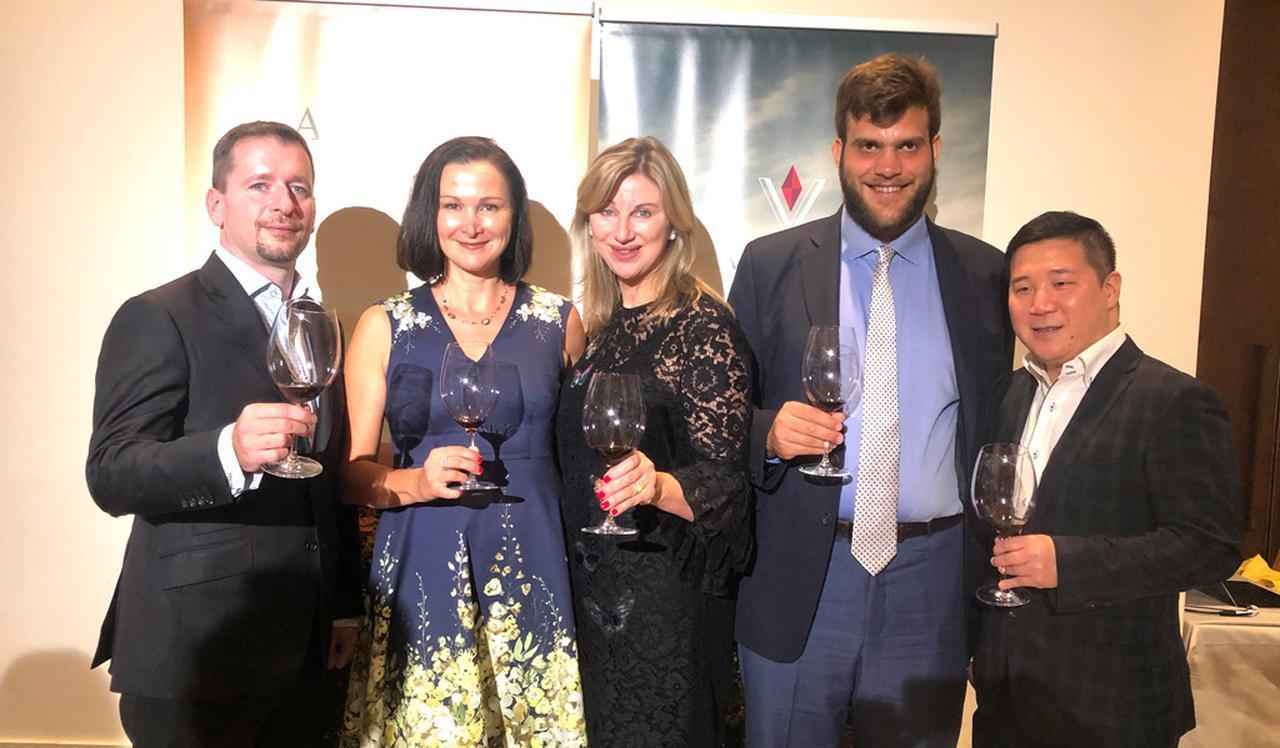 画像: (左から)ディミトリ・メスナードMS、ゲイリー・バチェラーさん(国際セールス・マーケティング担当)オーナー、デブラ・マイバーグMW、クリストファー・ジャクソン氏、ヤン・セジュ氏