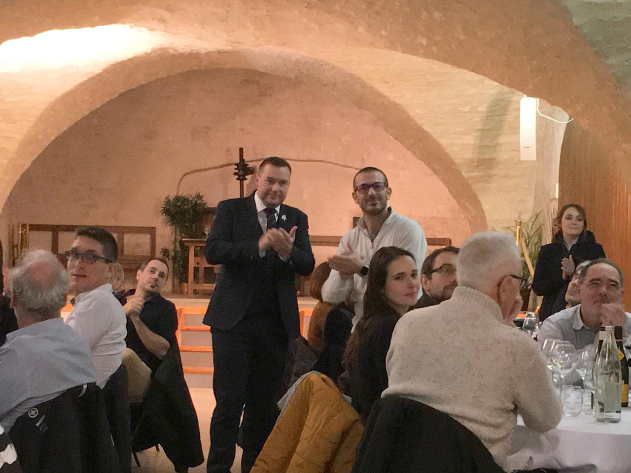 画像: コンクールを主催した、シャブリワイン委員会、ブノワ・ドロワン氏(右)と、審査員長を務めたガエタン・ラヴィエ氏