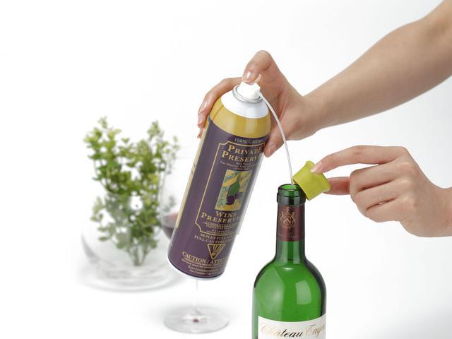 画像: ストローを取り付け、ボトル内にプッシュ あとは、コルクやキャップで栓をするだけ