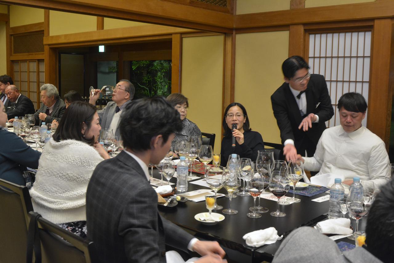 画像: 栗山さんの話に耳を傾けるワイン愛好家