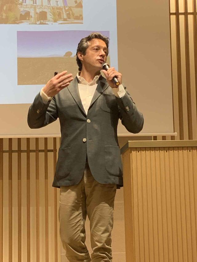 画像: 「ドメーヌ・カズ」の取り組みについて語る代表取締役社長リオネル・ラヴァイユ氏