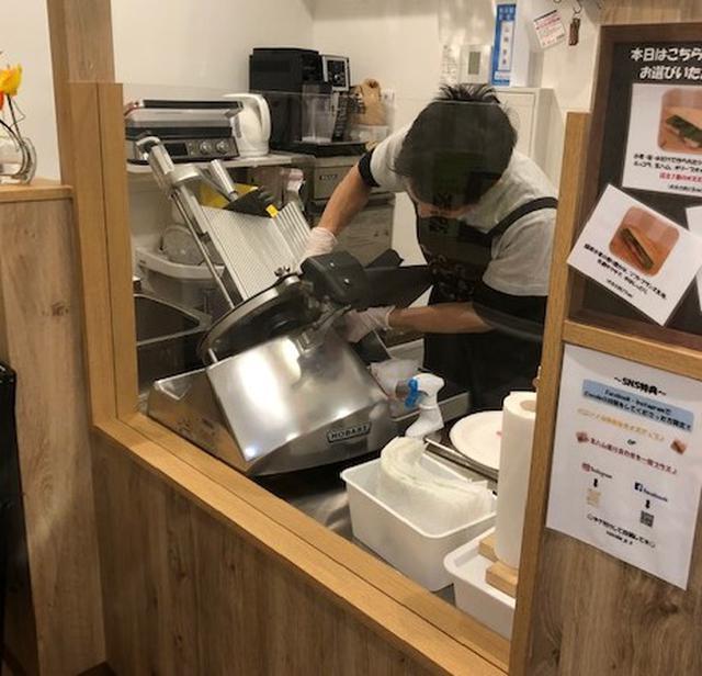 画像: 店内ショーケースには食べごろのハムが並ぶ。ハムはその場でスライスしてくれる。