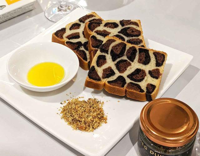 画像: ココア風味が香ばしいパンと、手前はクラッシュナッツ『メグデュガ』。オリーヴオイルとともに