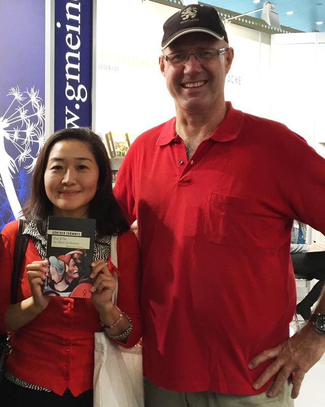 画像: 発起人の森本智子さん(左)と著者のギュンター・テメスさん(右)