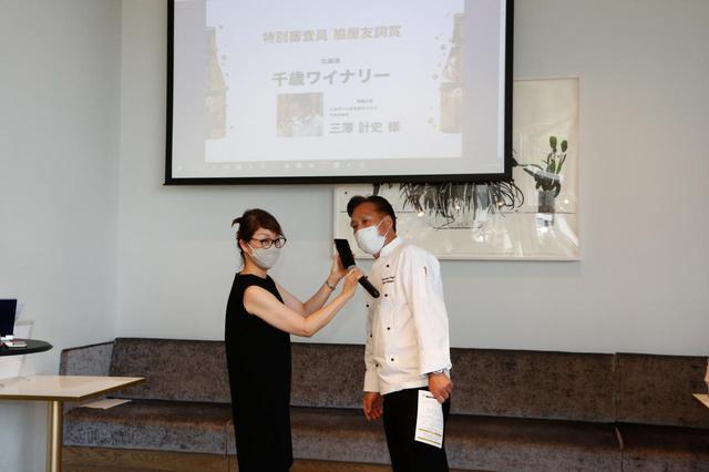 画像: 脇屋氏が選んだのは北海道の「千歳ワイナリー」だ。社長の三澤計史氏は当日、新型コロナウイルス感染拡大防止のため、東京へ駆けつけられず、急遽電話出演で脇屋氏と言葉を交わした。岡氏が選んだのは、同じく北海道の「NIKI Hills ワイナリー」