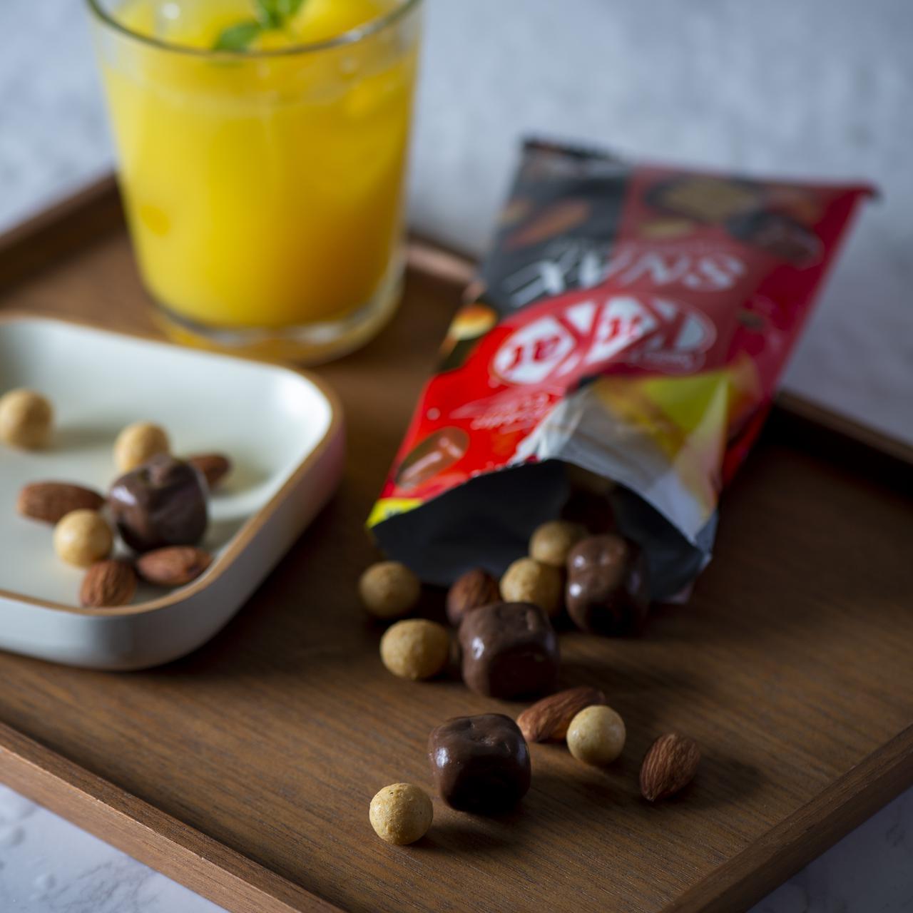 画像: ボールタイプの「キットカット」、塩ローストアーモンド、コクのあるチーズ風味の大豆の3種類がミックスされた「キットカット スナックス」