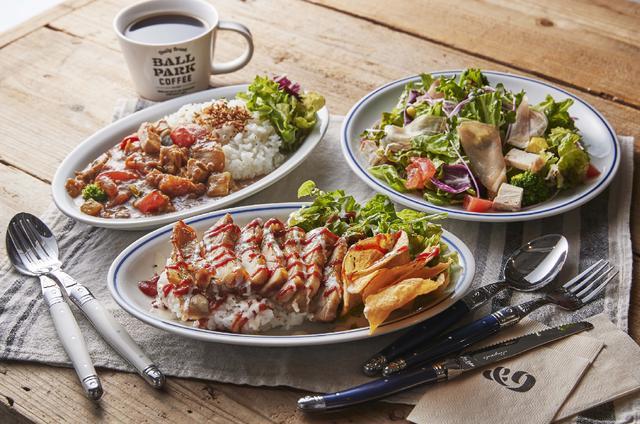 画像: ランチ/カフェタイムのメニュー例、「ごろごろ野菜と煮込みチキンカレー」「チキンオーバーライス」(どちらもドリンク付き税込み980円)など