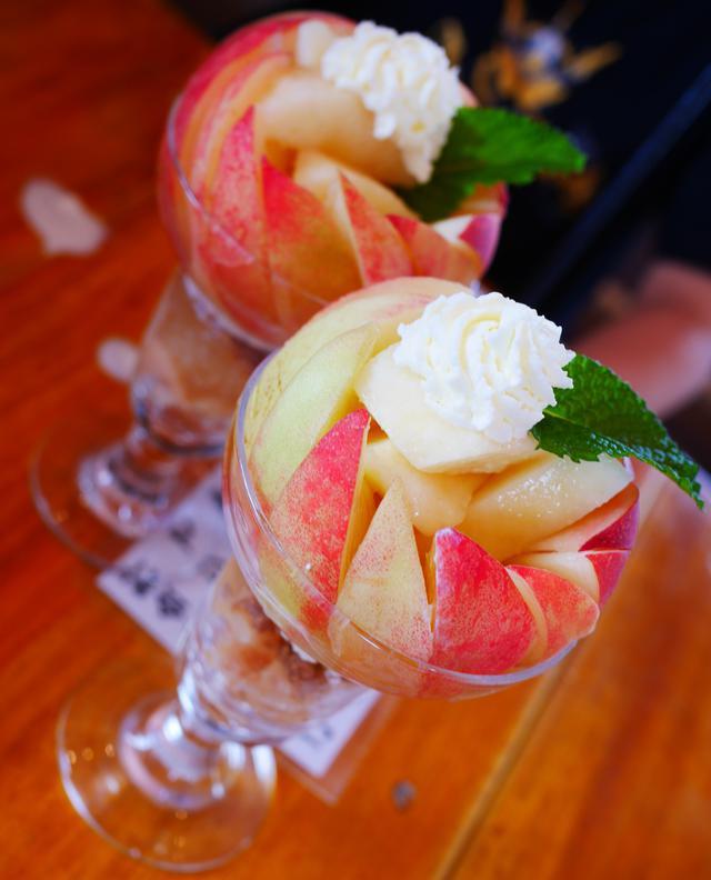 画像: 桃がまるごと1個のったインパクト抜群の桃パフェ「ピーチジュエル」(2016年6月撮影)
