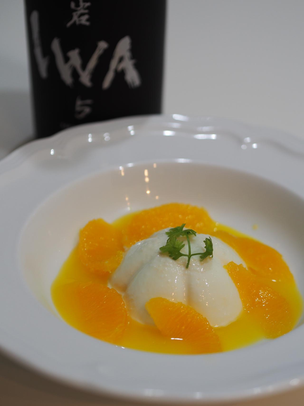 画像: ブランマンジェ自体に使われた酒粕の風味、ソースに使われているオレンジジュースとリキュール、それらが醸す香りと穏やかな甘味が、IWAと素晴らしく相乗する