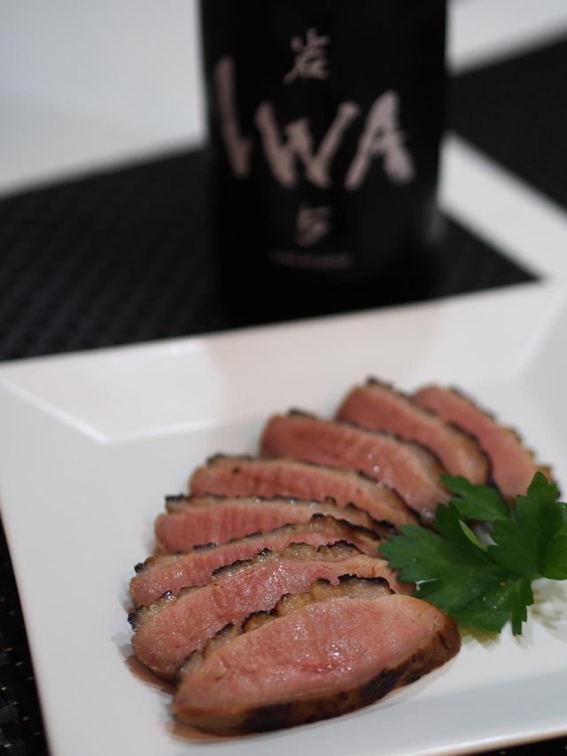 画像: 酒粕の風味、そして鴨の赤身肉の持つジューシーな質感がIWAの特徴と良い相性を示す。また、味噌の複雑な風味やハチミツの穏やかな甘味も相乗する