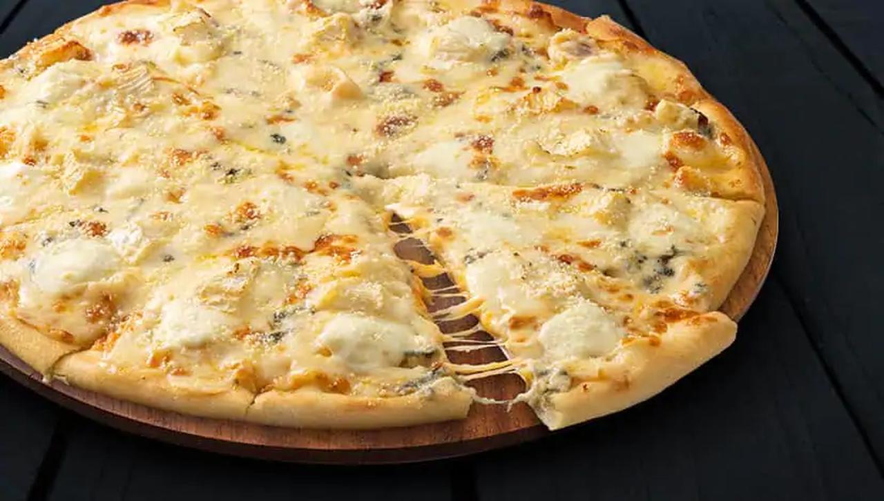 画像: 『プレミアムセブンチーズ』 トッピングは、7種類のチーズ。メイプルシロップが別で付いてくる M2800円/R3399円/L3900円 ※価格はすべて税別