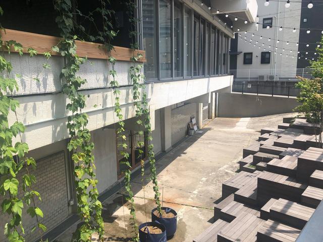 画像: ▲建設中のNakatsu brewery入口。手前は「ハイパー縁側」と呼ばれるコミュニティ広場