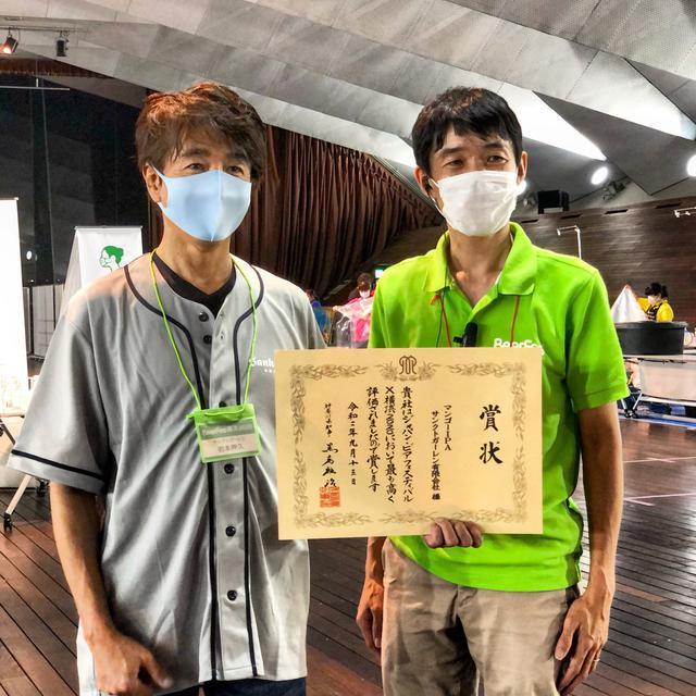 画像: 「ビアフェスX横浜2020」で神奈川県知事賞の賞状を受け取ったサンクトガーレン 岩本氏(左)と、日本地ビール協会 理事長 山本祐輔氏(右)