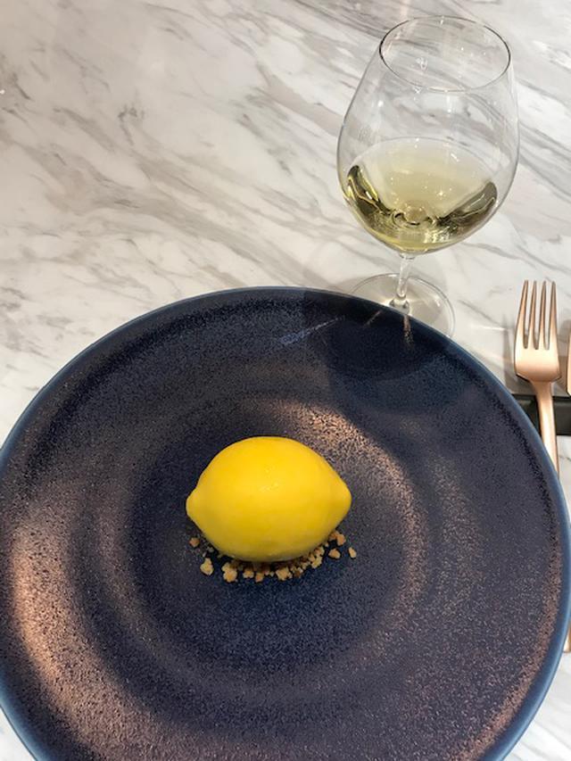 画像: 「レモンのスペシャリテ」とアルザスワイン『ゲヴュルツトラミネール 2016年』(ドメーヌ・ヴィレ・ドゥ・コルマール)はミネラル感溢れるマリアージュ