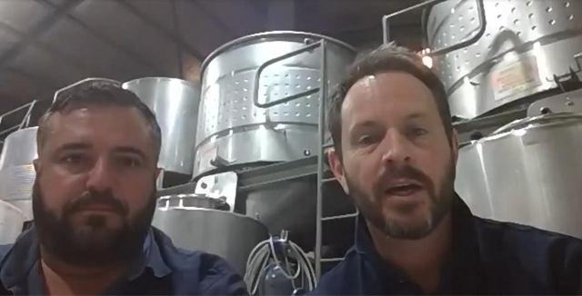 画像: 「リバーバンクエステート」のエリック・レンボ氏(右)と、ワインメーカーのディグビー・レビン氏
