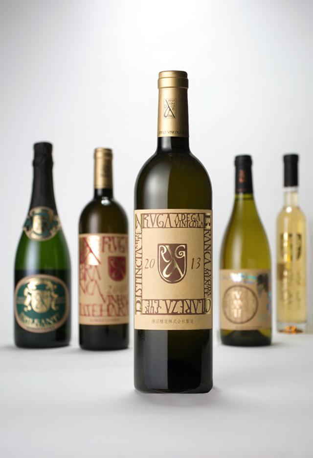 画像: 勝沼醸造の商品ラインナップの一部 一番の売れ筋商品は『アルガブランカ クラレーザ 2019』 価格:2200円(税込) 勝沼全域の12~14カ所のワインを一度分けて仕込んでからブレンドしている。 クラレーザ=明瞭という商品名のように、ブレンドによって味わいを表現。 果実味が豊かで、上品な酸が食事との相性にとてもいい。 幅広い料理と合わせられる味わい。