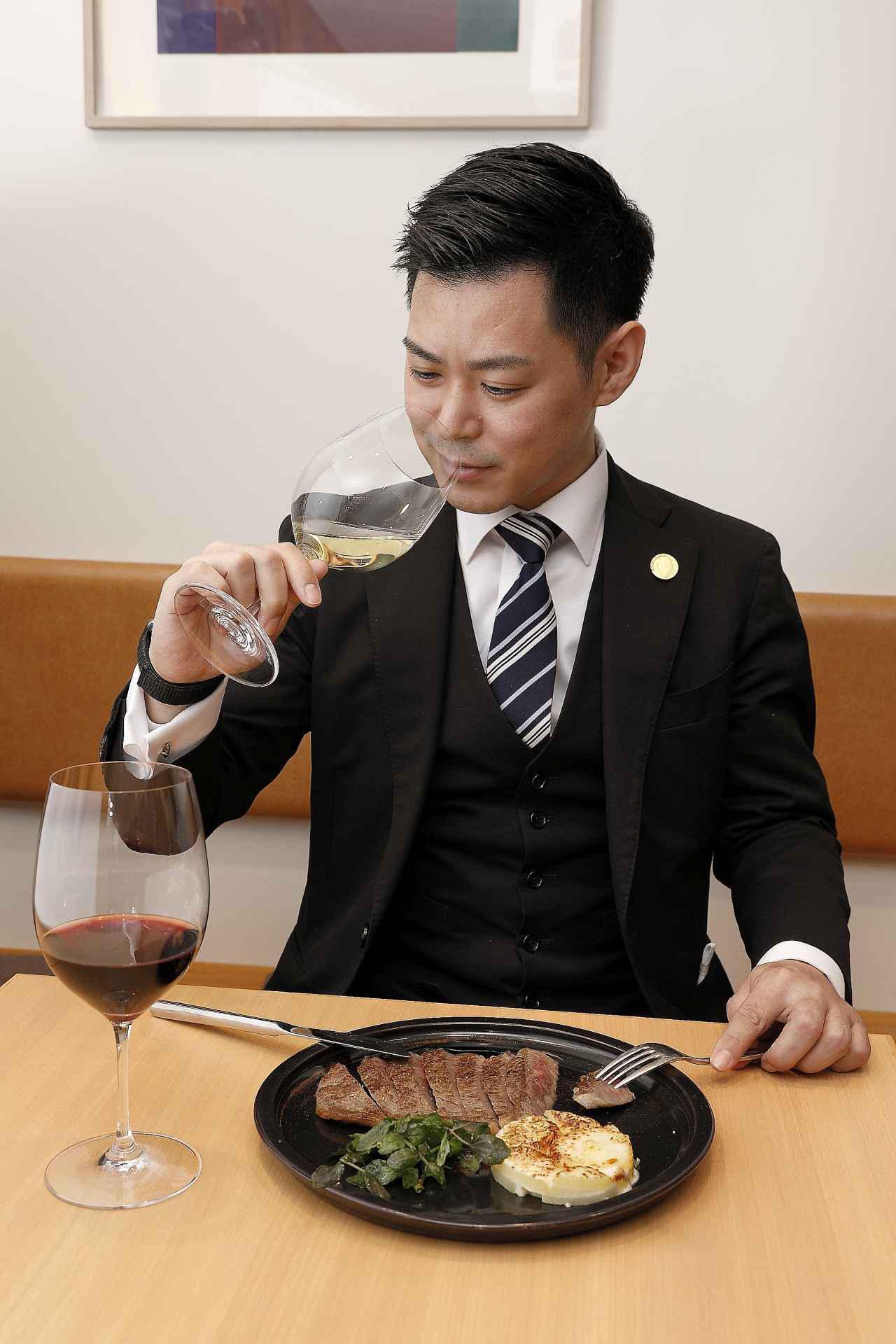 画像: 「料理と合わせるとワインの味わいがグッと引き立ちます」と井黒ソムリエ。「マリアージュポイントがたくさんあるのがローヌワインの魅力!」