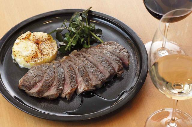 画像: 和牛のサーロインステーキにバルサミコ酢を煮詰めたソースを添え、ジャガイモのグラタンとクレソンのサラダを付け合わせに