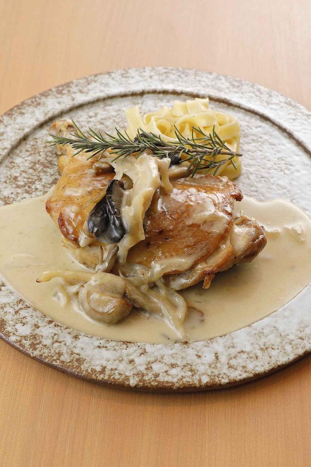 画像: たっぷりのキノコと鶏肉をクリーミーに仕上げたフリカッセ(クリーム煮)。ベルモットを使って深みを出し、ローズマリーの香りをプラスした