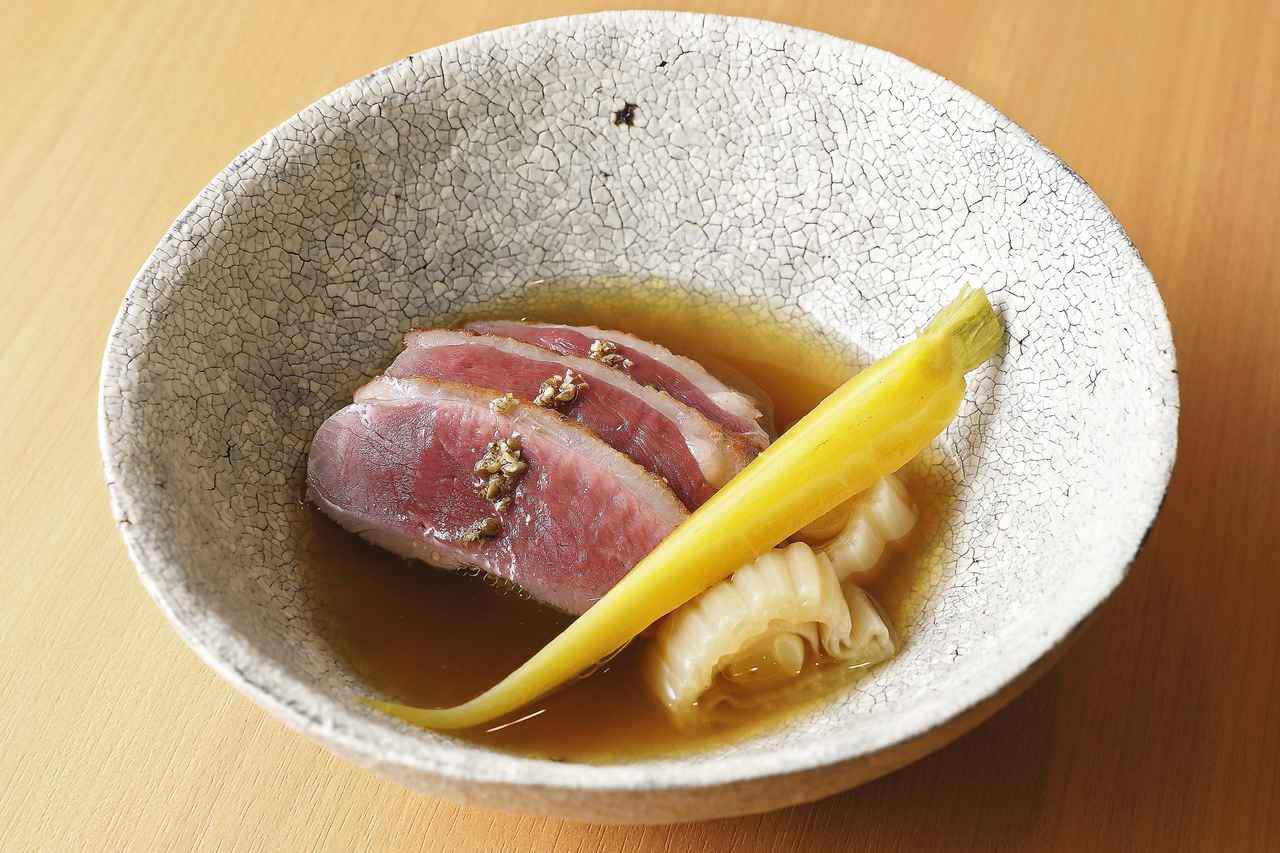 画像: 鴨の胸肉を塩漬けにして炙り、鴨のコンソメでゆっくり煮た野菜と合わせてポトフ仕立てに。グリーンペッパーのペーストがアクセント
